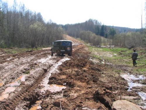 Бывает, что весной здесь и трактором не пробиться с неделю или даже больше