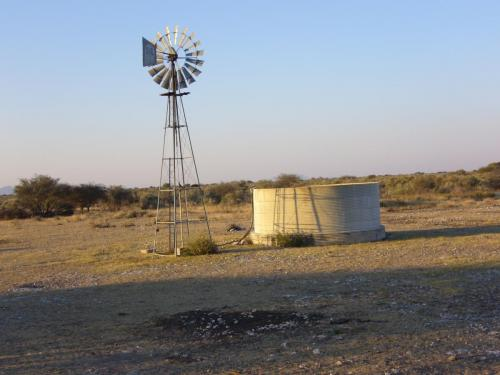 Пункт водоснабжения, оснащенный ветряным насосом, — источник жизни!