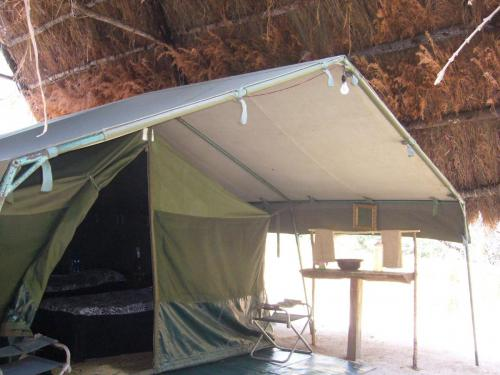Если бы не дополнительная толстая крыша из сухой травы и соломы, палатку бы прожаривало за день до невозможности