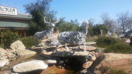 Фигуры из оленьих рогов у входа в охотничий магазин