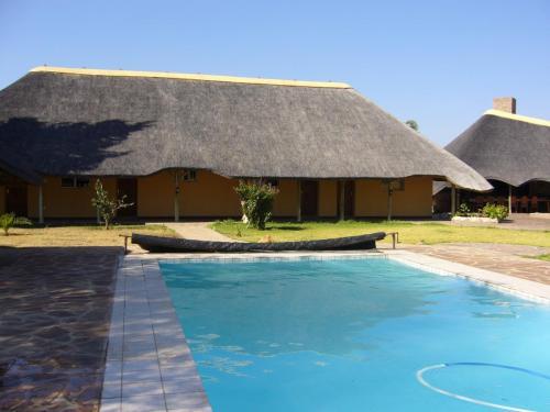 Бассейн — обязательный атрибут любого приличного лоджа в Намибии или ЮАР. Толстая тростниковая крыша прекрасно спасает от перегрева помещения даже без кондиционера.