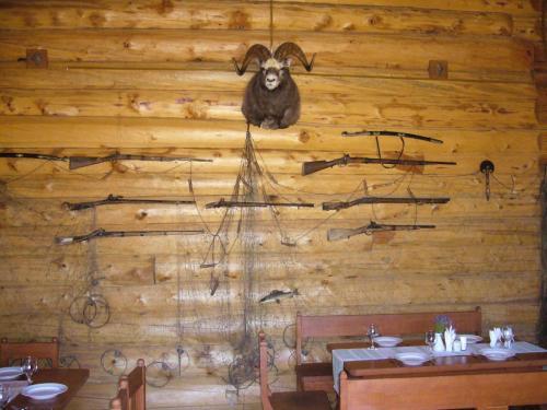 Коллекция старинного оружия и рыболовных снастей