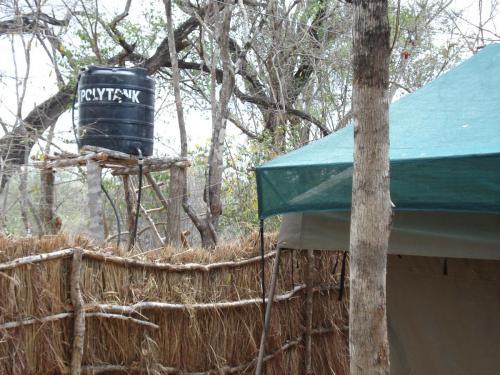 Полевой душ за каждой палаткой. Воду греют на костре, к прибытию с рейда охотников.